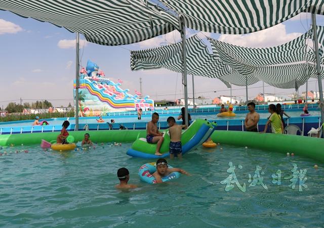 孩子们在水上乐园戏水玩耍。.jpg