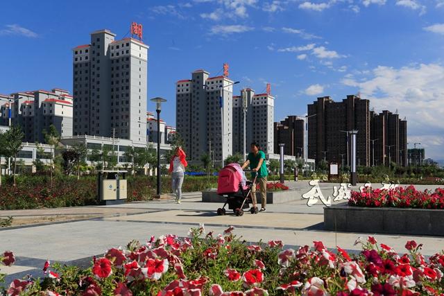 市民在散步观景。.jpg