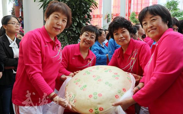 4:凉州区农民群众在首届丰收节上展示凉州大月饼。本报记者张文灿.jpg