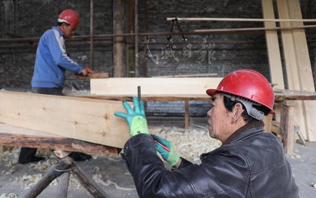 木工正在精心做工。.jpg