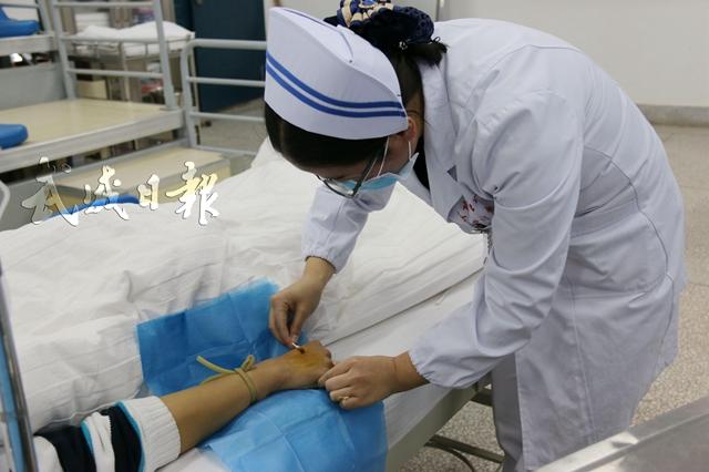护士在为患者扎针输液。.jpg