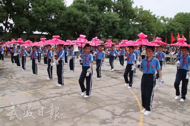 凉州区金羊镇九年制学校学生在表演节目.jpg