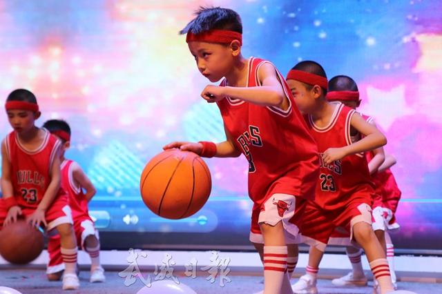 凉州区盛世欧景幼儿园小朋友篮球舞表演.jpg