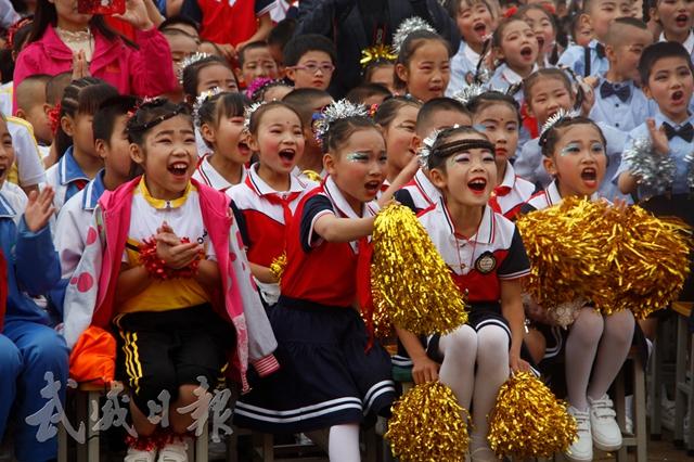 凉州区新关小学的孩子们观看戏剧表演.jpg