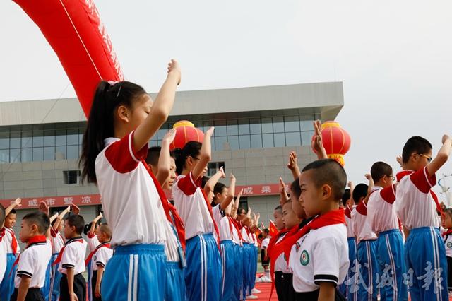 武威新城区第一小学举行少先队员入队仪式.jpg