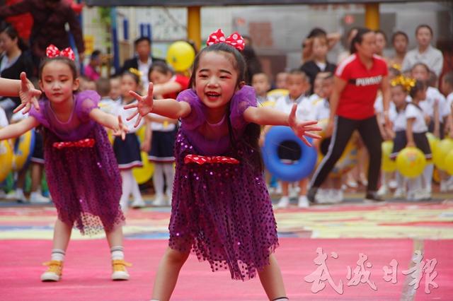 凉州区水电幼儿园小朋友表演舞蹈《箱子里的梦》.jpg
