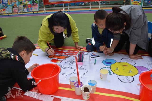 市实验幼儿园举办亲子画展.jpg